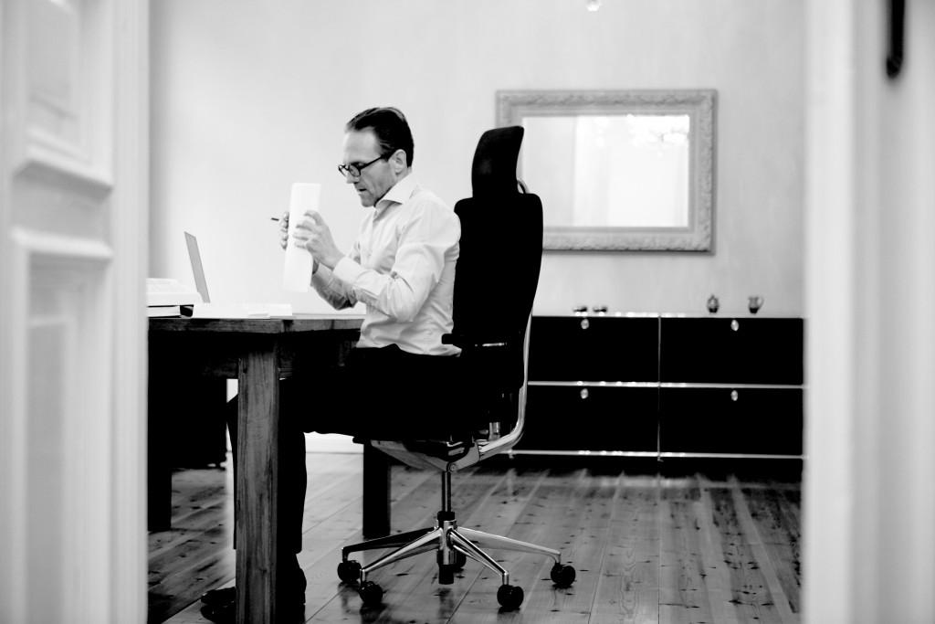Dr. Axel Thoenneßen, Anwalt für Verkehrsrecht, am Schreibtisch in seiner Berliner Kanzlei.