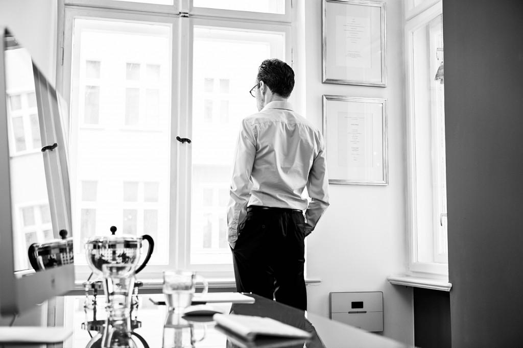 Dr. Axel Thoenneßen, der Anwalt am Fenster seiner Kanzlei für Verkehrsrecht in Berlin.